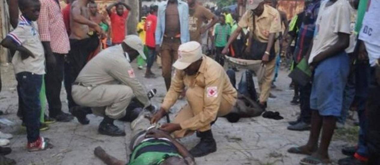 Um torcedor é atendido no estádio após a confusão em jogo do Mazembe Foto: Reprodução do site 'Footafrica365.fr'