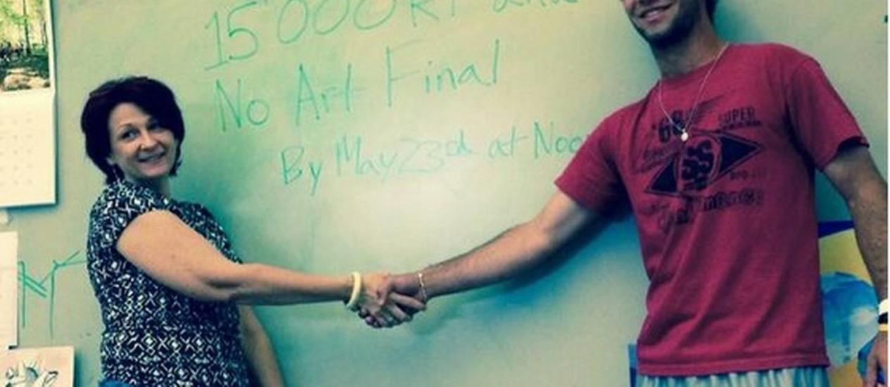 Andrew Muennink fechou acordo com sua professora para escapar de prova final se conseguisse 15 mil retweets dessa foto Foto: Reprodução do Twitter
