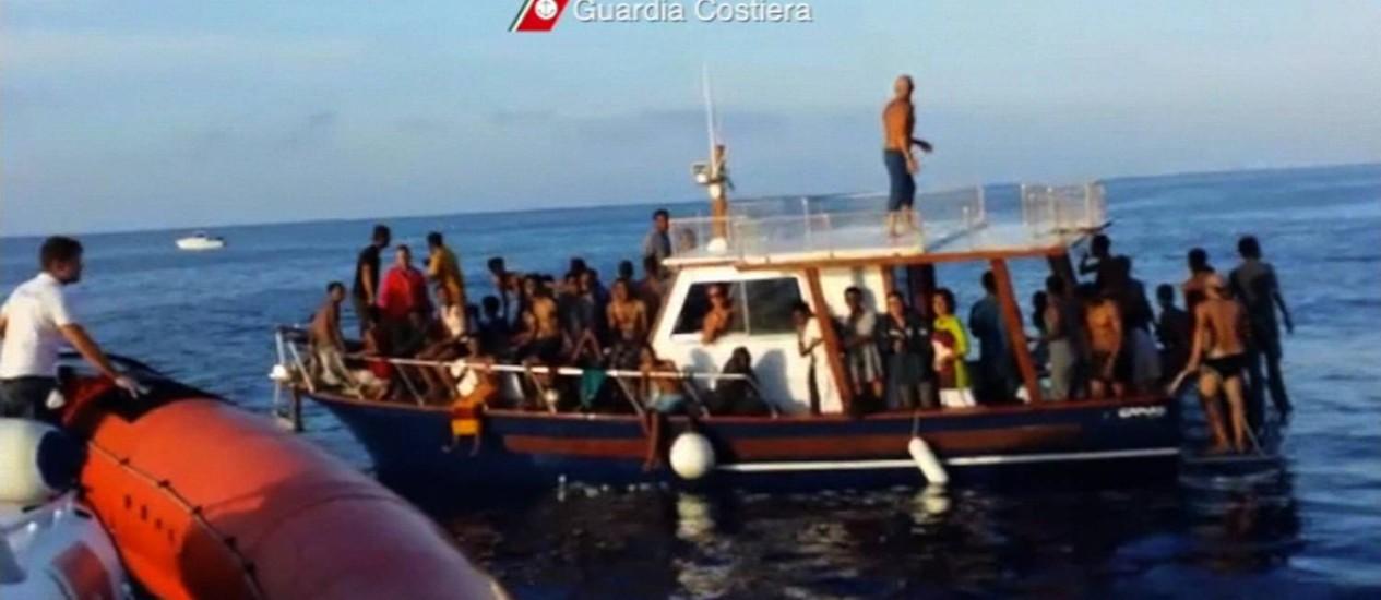 Todos os anos, milhares de imigrantes tentam passar o Mediterrâneo na esperança de chegar à Europa Foto: HANDOUT / REUTERS
