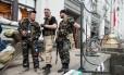 Homens armados pró-russos em frente à prefeitura na cidade de Luhansk