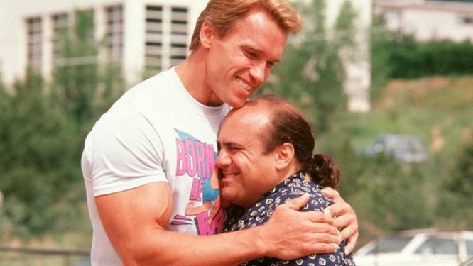 """Homens mais baixos vivem mais: boa notícia para o ator Danny de Vito, na foto com Arnold Schwarzenegger durante as gravações do filme """"Irmãos gêmeos"""" Foto: Divulgação"""