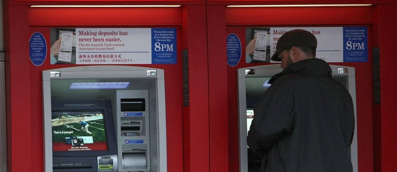 Cena rara: americanos procuram cada vez menos sacar dinheiro vivo Foto: JUSTIN SULLIVAN / AFP