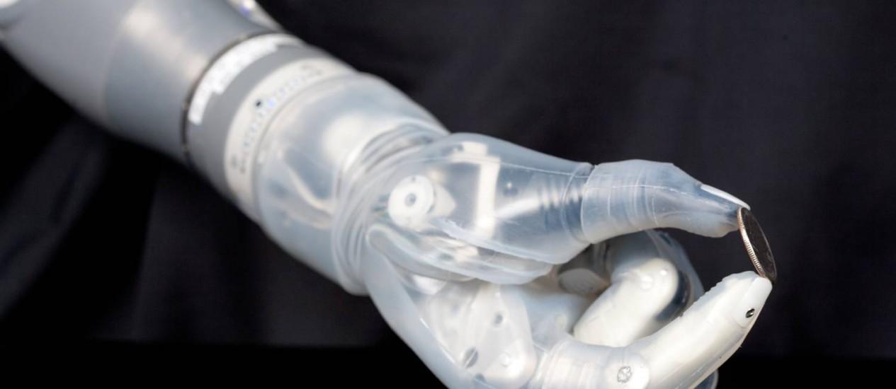 Braço. Sensores captam os sinais elétricos a partir de movimentos musculares da parte superior do braço, e um computador no braço robótico pode dizer que tipo de manobra que o usuário quer fazer Foto: DARPA