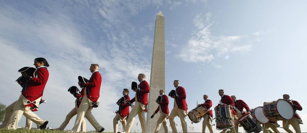 Homens vestidos como soldados do século XVIII participam da reabertura do Monumento a Washington, em Washington DC Foto: KEVIN LAMARQUE / REUTERS