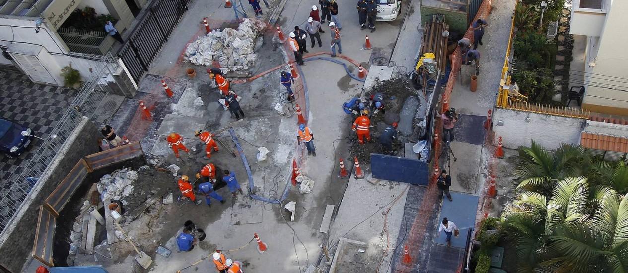 Operários do consórcio Linha 4 do metrô trabalham para conter afundamento de solo na Rua Barão da Torre / Foto: Antonio Scorza / O Globo