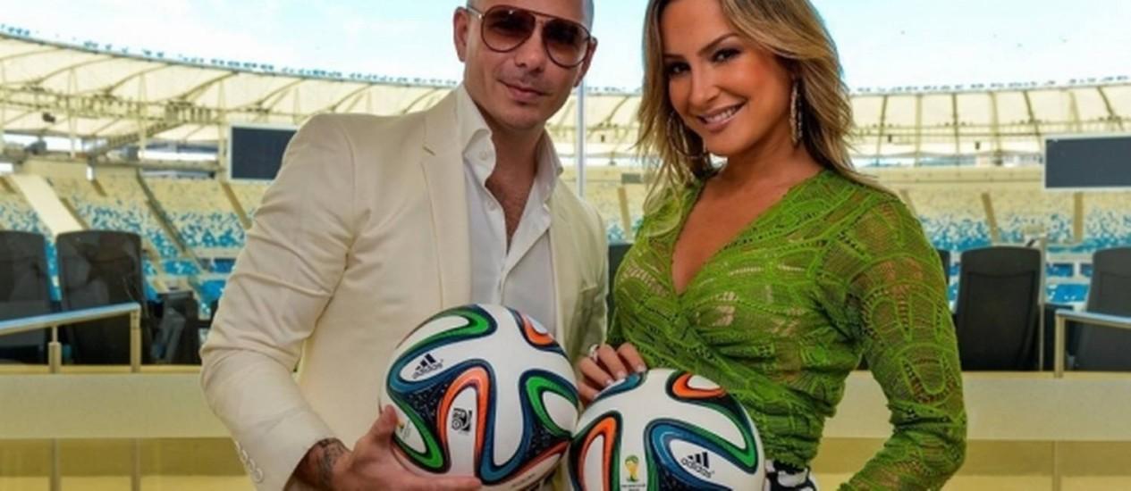 """O rapper Pitbull, e a Claudia Leitte no lançamento do clipe de """"We are one (Ole ola"""", em abril, no Maracanã Foto: Fifa/Divulgação"""