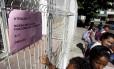 Cartaz em escola municipal do Grajaú informa que unidade funciona normalmente na segunda-feira, apesar de greve marcada por professores