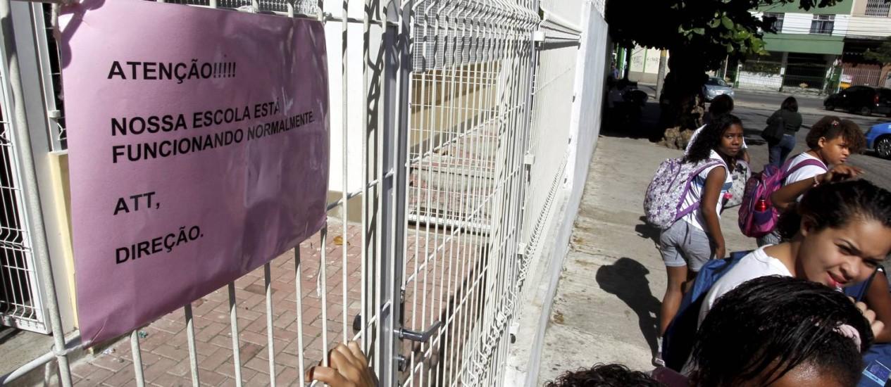 Cartaz em escola municipal do Grajaú informa que unidade funciona normalmente na segunda-feira, apesar de greve marcada por professores Foto: Gabriel de Paiva / Agência O Globo