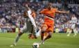 Feghouli, com a camisa laranja do Valencia, disputa a jogada com Karim Benzema do Real Madrid. Jogador argelino é presença certa no Brasil para a disputa da Copa
