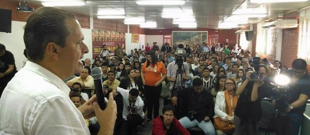 Eduardo Campos conversa com estudantes em Vitória da Conquista, na Bahia Foto: Divulgação