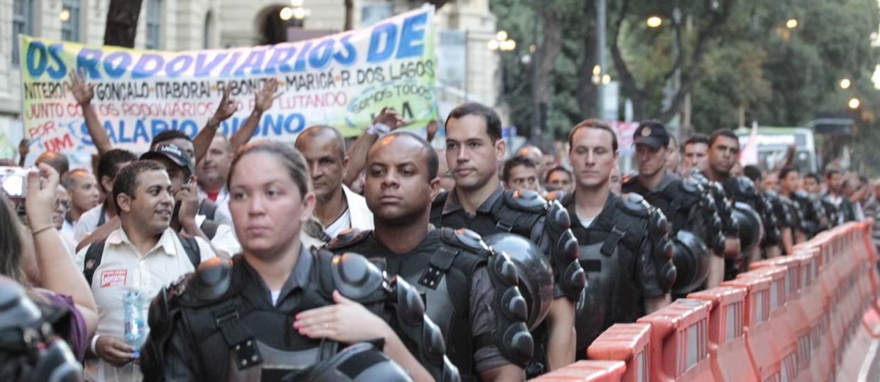 PMs acompanham passeata de rodoviários no centro do Rio Foto: Agência O Globo