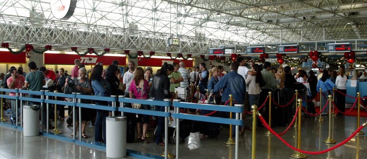 Operações de check-in nos aeroportos pode ser comprometida em função do impasse com os aeroviários Foto: Simone Marinho / O Globo