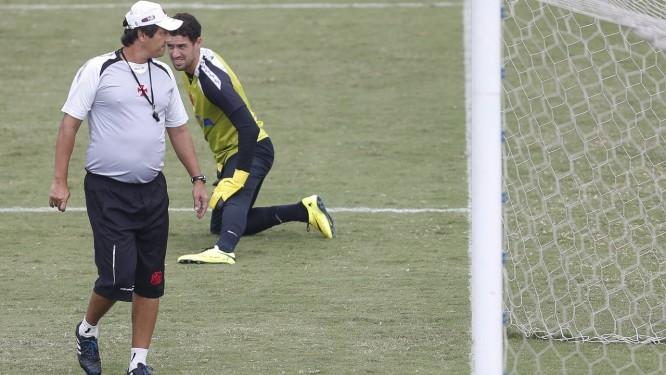 O técnico Adilson Batista e o goleiro Martín Silva no treino do Vasco Foto: Alexandre Cassiano / Agência O Globo