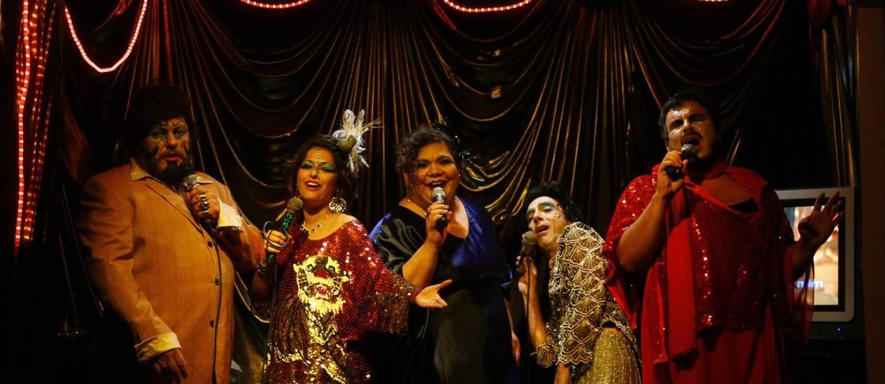 Da esquerda para a direita, Sidnei, Leticia, Simone, Heber e Lobianco durante um espetáculo no Buraco da Lacraia Foto: Marcelo Carnaval / Agência O Globo