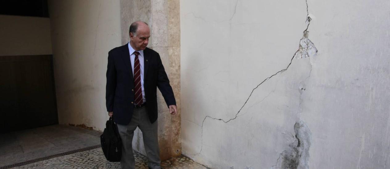 Engenheiro analisa rachadura em prédio: ele acredita em vazamento como causa Foto: Domingos Peixoto / Agência O Globo