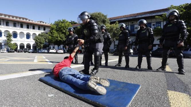 PMs do batalhão especial para grandes eventos participam de um exercício para atuar em manifestações: os protestos estão entre as principais preocupações dos responsáveis pelo esquema de segurança para a Copa Foto: Daniela Hallack Dacorso / Agência O Globo