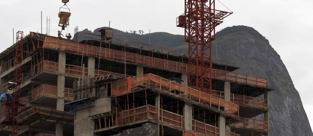 Construção de hotel da Barra da Tijuca: cidade ganhou quase 7 mil quartos em cinco anos Foto: Custódio Coimbra / Agência O Globo