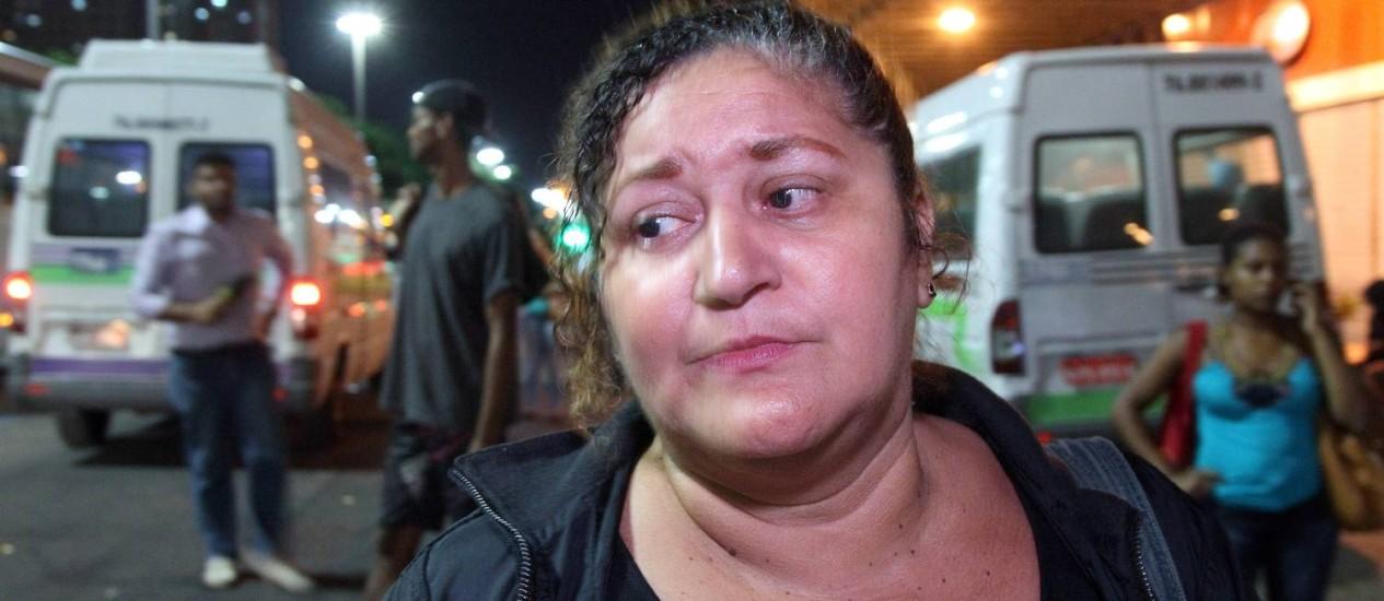 A camareira espera ônibus por mais de uma hora no ponto próximo à Central do Brasil Foto: Fernando Quevedo / Agência O Globo
