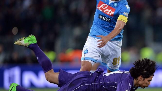 Gokhan Inler com a camisa do Napoli, onde conquistou na semana passsada o título da Copa da Itália. O meia foi convocado para defender a Suiça na Copa Foto: Filippo Monteforte / AFP