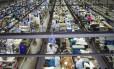 Linha de produção industrial: a folha de pagamento real dos trabalhadores do setor recuou 2,1% frente ao mês imediatamente anterior