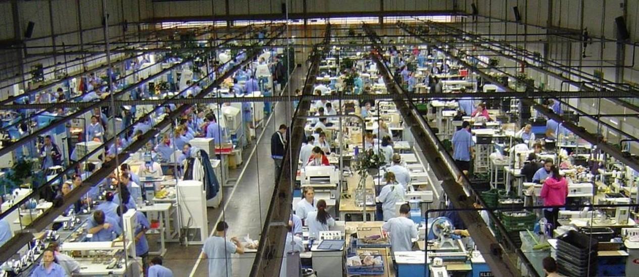 Linha de produção industrial: a folha de pagamento real dos trabalhadores do setor recuou 2,1% frente ao mês imediatamente anterior Foto: Divulgação