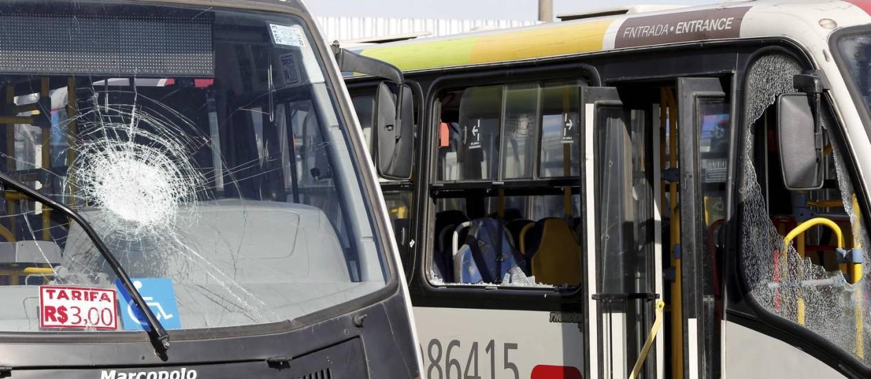 Ônibus depredados por grevistas na viação Jabour Foto: Pablo Jacob / Agência O Globo