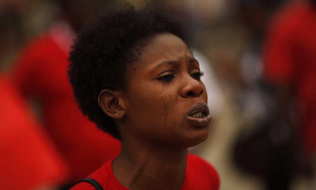 Nigeriana chora durante protesto pela libertação das meninas sequestradas pelo Boko Haram Foto: JON NAZCA / REUTERS