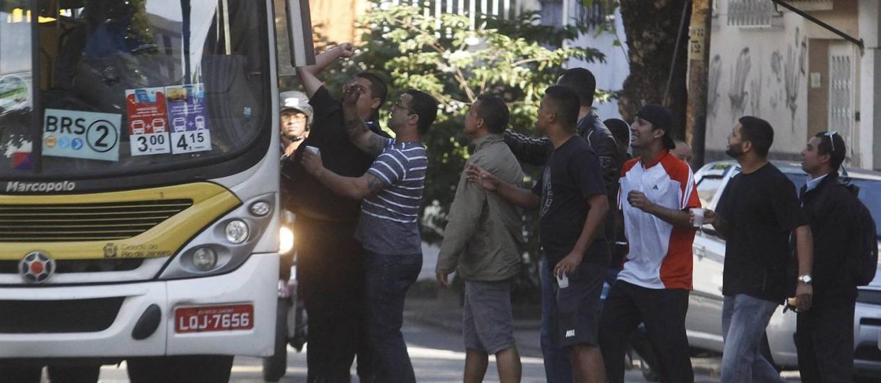 Rodoviários grevistas tentam impedir circulação de ônibus em Vila Isabel Foto: Antônio Scorza / Agência O Globo
