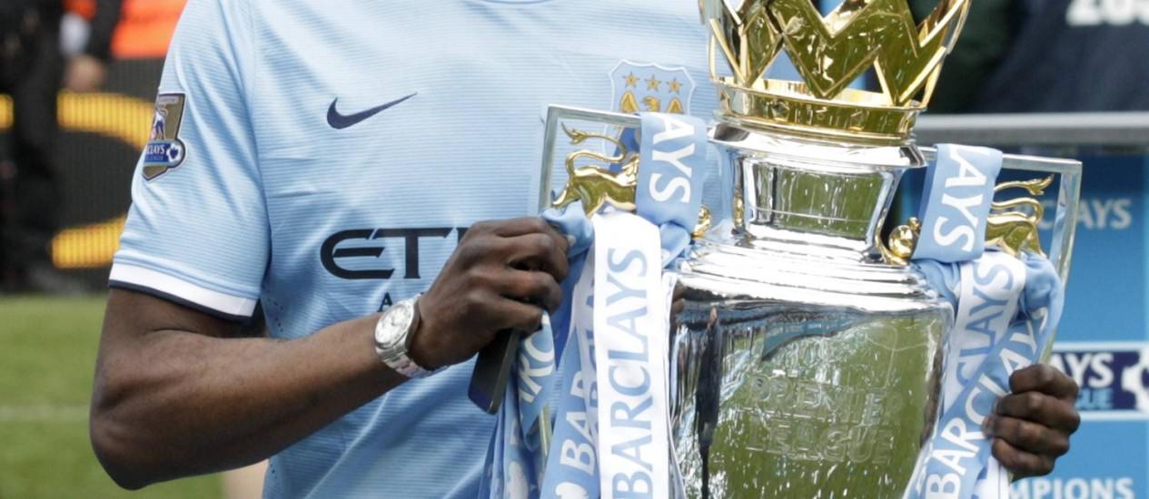 Yayá Touré com o troféu de campeão inglês conquistado pelo Manchester City. Ele é uma das estrelas da Costa do Marfim Foto: Jon Super / AP