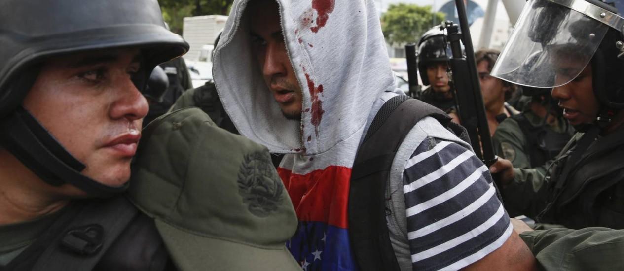 Guardas venezuelanos detêm um manifestante durante protesto contra Nicolás Maduro Foto: Carlos Garcia Rawlins / REUTERS