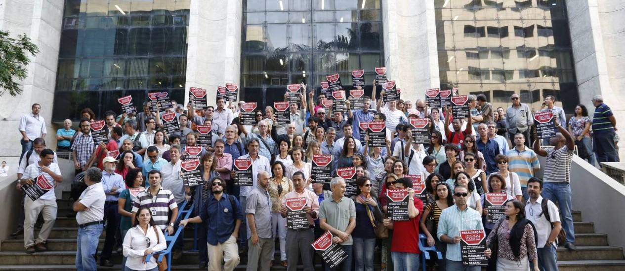 Engenheiros, arquitetos e geólogos da prefeitura fazem protesto em frente à prefeitura Foto: Ana Branco / Agência O Globo