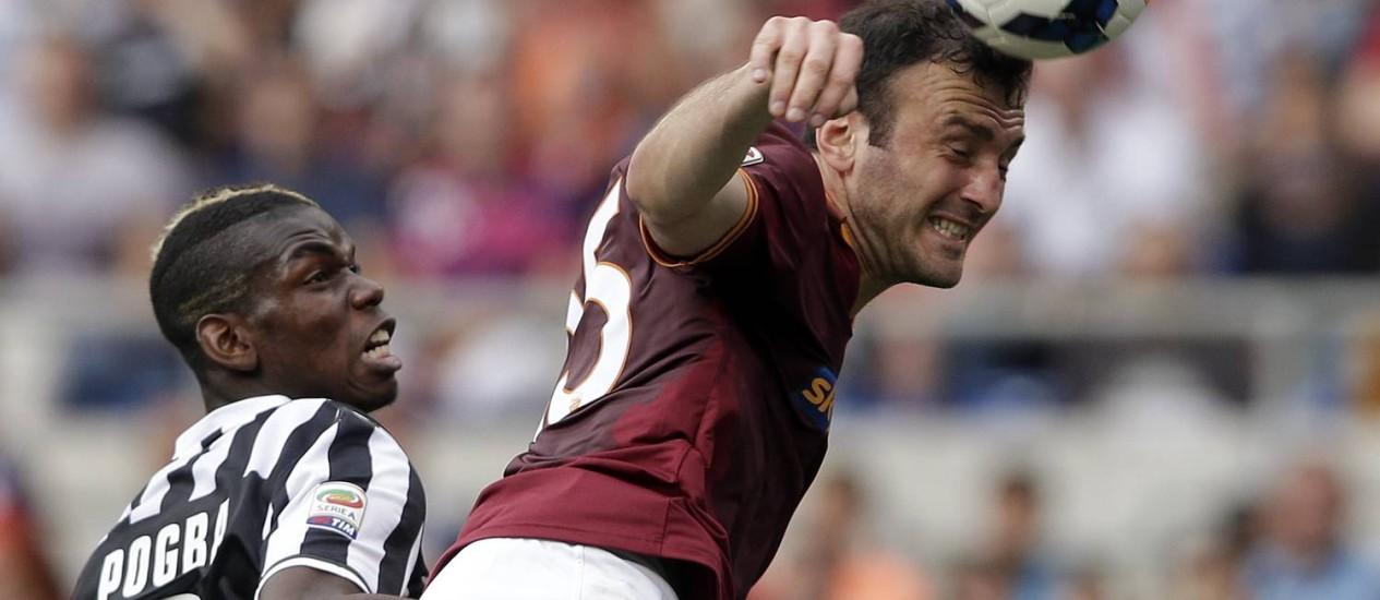 Torosidis, do Roma, disputa a bola no alto na partida contra o Juventus. Zagueiro é titular absoluto da seleção grega Foto: Max Rossi / REUTERS