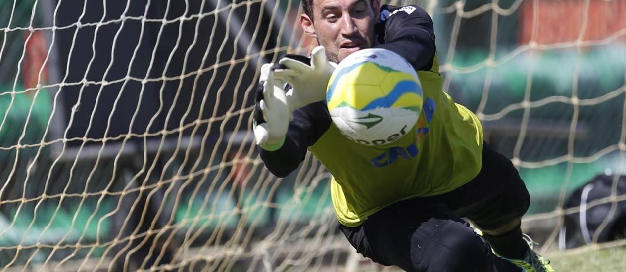 Martín Silva em treino do Vasco: goleiro uruguaio está convocado para a Copa do Mundo Foto: Alexandre Cassiano / Agência O Globo