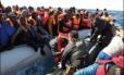 Resgate de imigrantes ao sul de Lampedusa em fevereiro. Naufrágios e resgates têm sido mais constantes no litoral italiano, e país pede ajuda à União Europeia