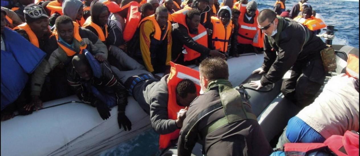 Resgate de imigrantes ao sul de Lampedusa em fevereiro. Naufrágios e resgates têm sido mais constantes no litoral italiano, e país pede ajuda à União Europeia Foto: Foto Reprodução/Marinha italiana