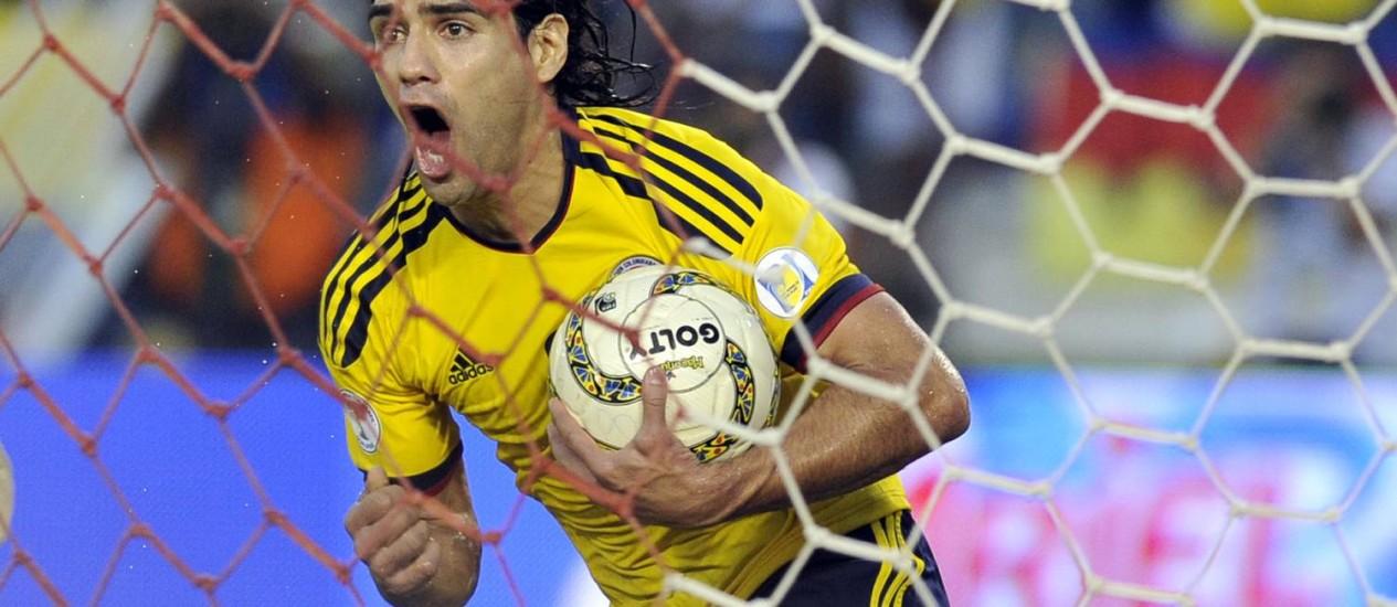 A torcida colombiana acompanha com ansiedade a recuperação de Falcao Garcia, principal jogador da seleção do país Foto: Carlos Julio Martinez / AP