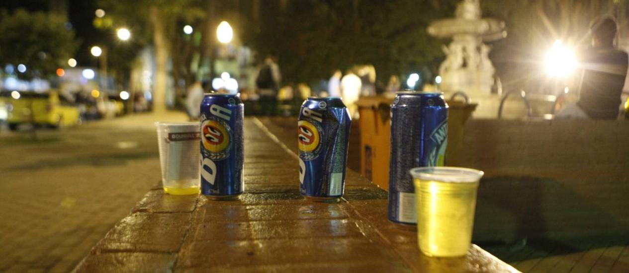 Lixo. Mesmo com a proximidade da lixeira, frequentadores deixam latas e copos na rua Foto: Guilherme Leporace