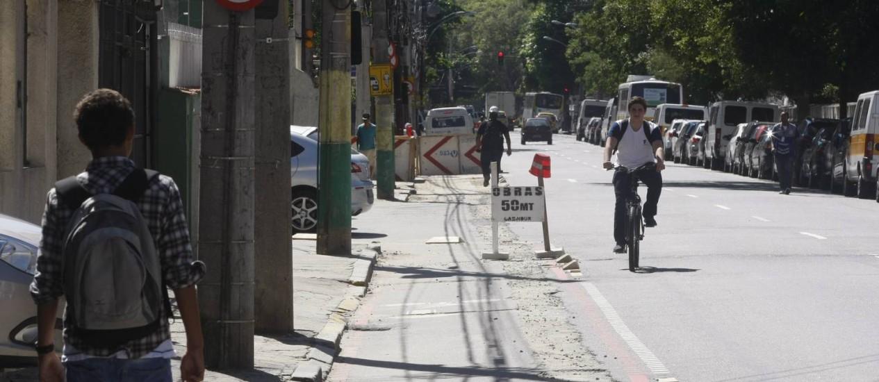 Sem passagem. Tapumes da CEG obstruem a ciclovia na Rua Barão de Mesquita próximo ao Colégio Militar Foto: Eduardo Naddar / eduardo naddar