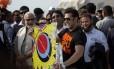 O ator Salman Khan (à direita) ao lado do candidato Narendra Modi durante o festival anual de pipa, em Gujarat