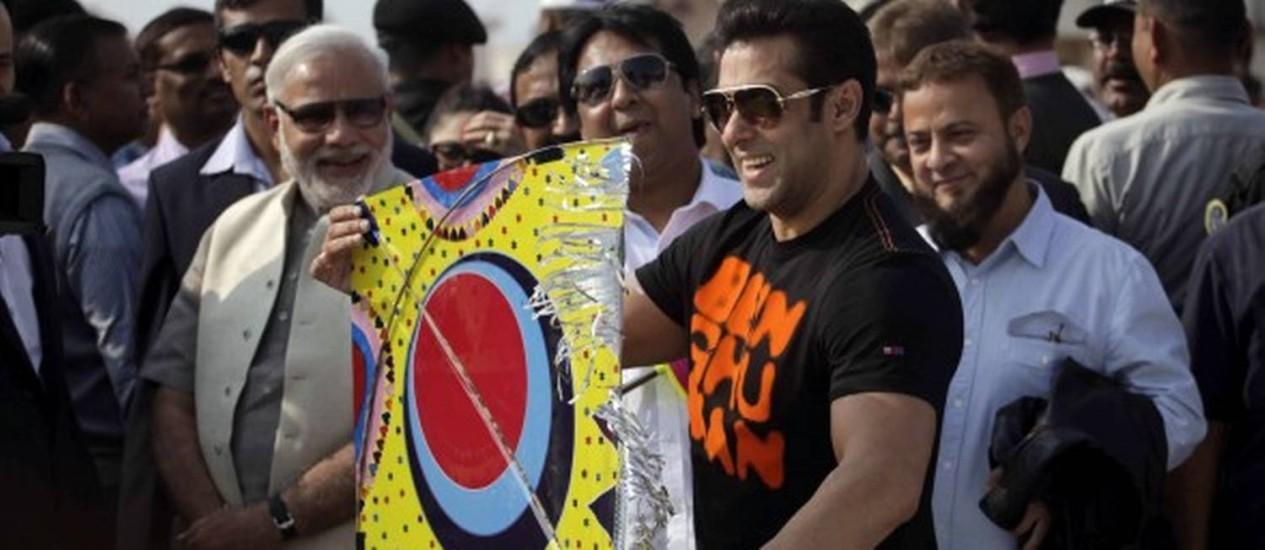 O ator Salman Khan (à direita) ao lado do candidato Narendra Modi durante o festival anual de pipa, em Gujarat Foto: AP