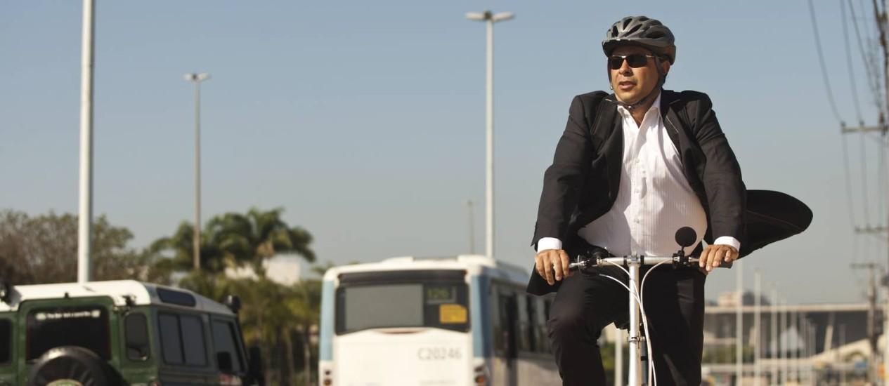 Chefe de gabinete da Setur, Marcos Paes, pedala até o trabalho para evitar trânsito Foto: Guilherme leporace / Agência O Globo