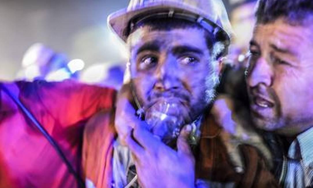 Operário resgatado respita com máscara de oxigênio Foto: BULENT KILIC/AFP