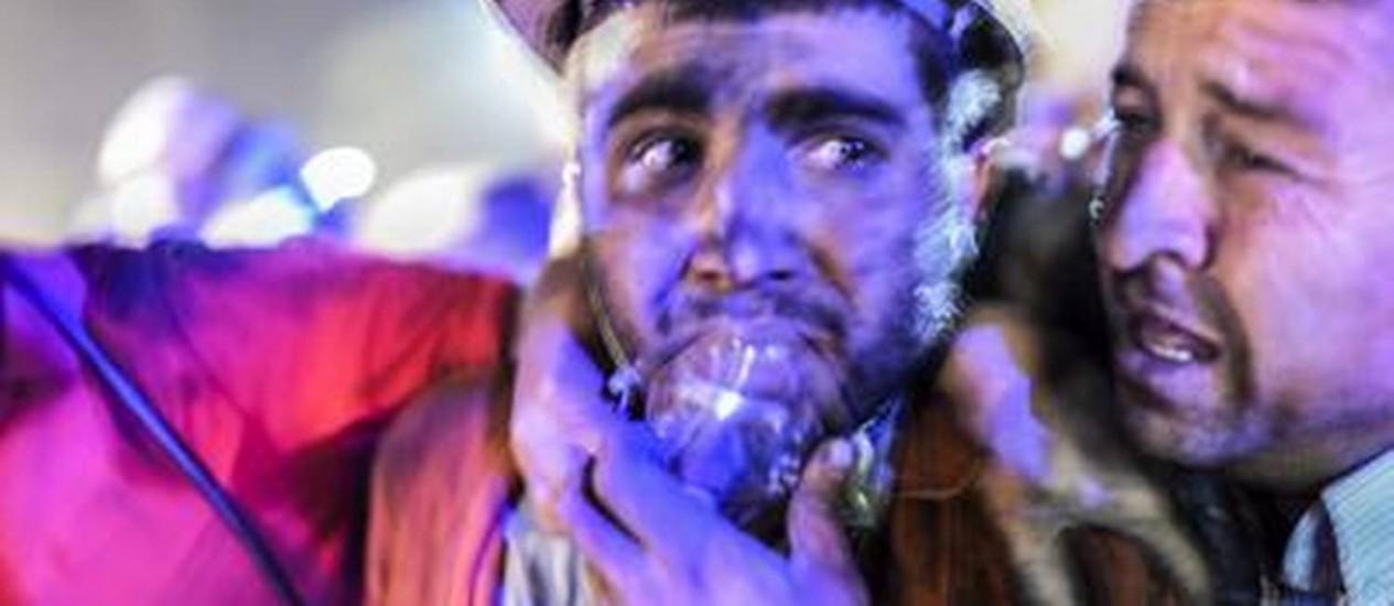 Operário resgatado respira com máscara de oxigênio Foto: BULENT KILIC/AFP