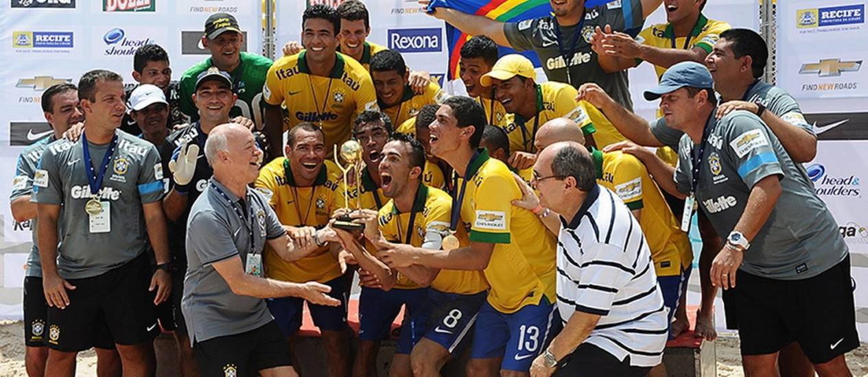 Título. Brasil festeja no pódio o tricampeonato invicto da Copa das Nações de Beach Soccer Foto: Divulgação/22-12-2013