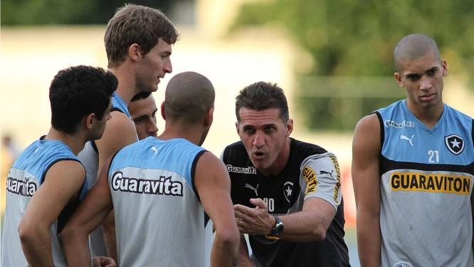 O técnico Vagner Mancini conversa com Emerson, observado por Daniel, Bollati e Gabriel Foto: Divulgação / Botafogo
