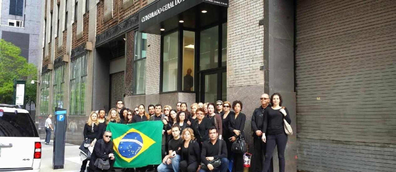 Vestidos com roupas pretas, funcionários em greve do consulado de Nova York mostram bandeira do Brasil Foto: Divulgação