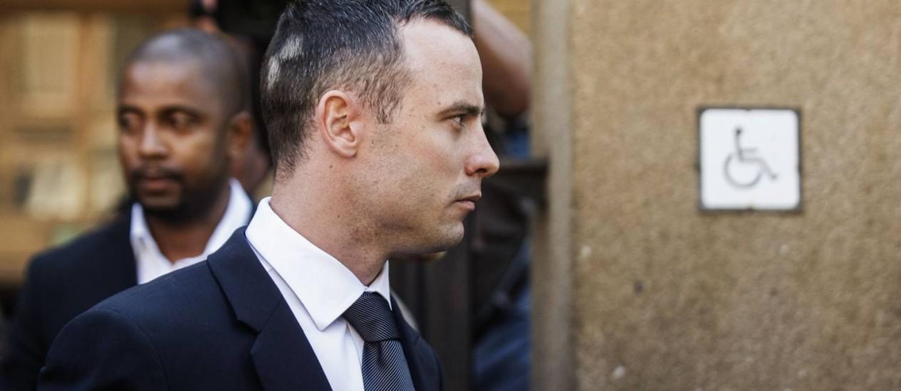 O atleta paraolímpico Oscar Pistorius deixa a Suprema Corte North Gautering, em Petrória, na África do Sul Foto: GIANLUIGI GUERCIA / AFP