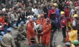 Equipes de resgate socorrem um mineiro ferido no acidente. Passa de 200 o número de mineiros mortos