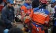 Equipes de resgate carregam um operário ferido após a explosão em uma mina de carvão no Oeste da Turquia