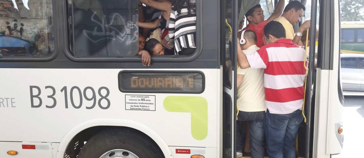 Passageiros sofrem com a superlotação nos coletivos nesta quarta-feira Foto: Pablo Jacob / Agência O Globo